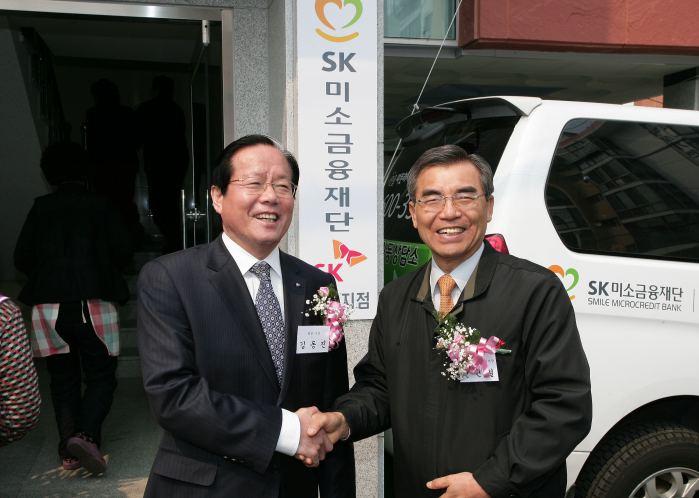 김동진 통영시장과 악수하는 신헌철 재단이사장